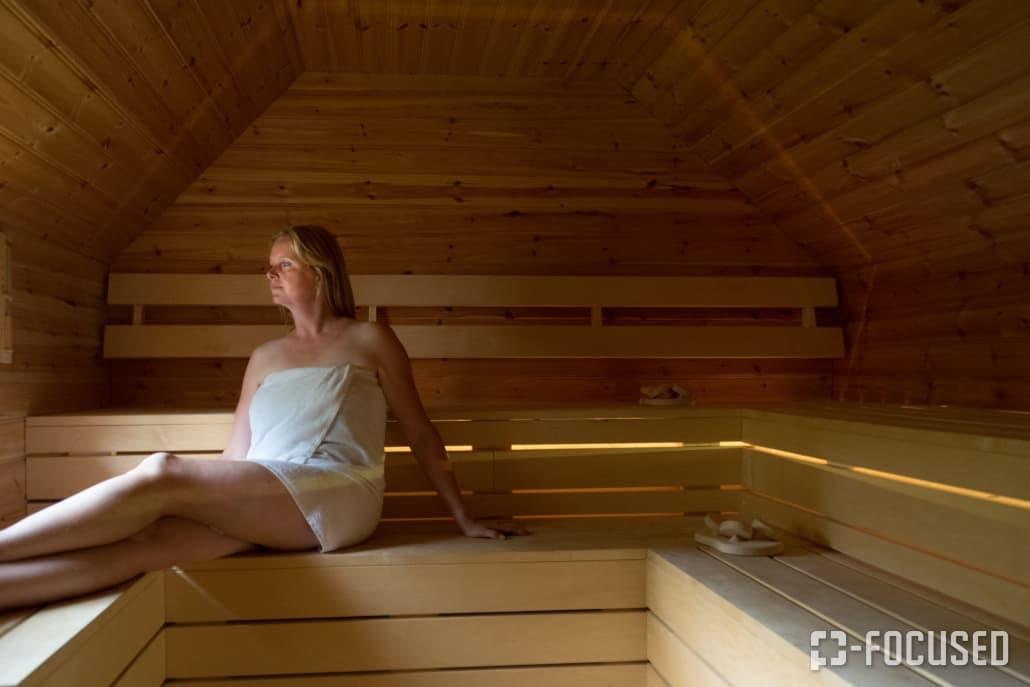 Dame geniet van een sauna bij Pura Suerte