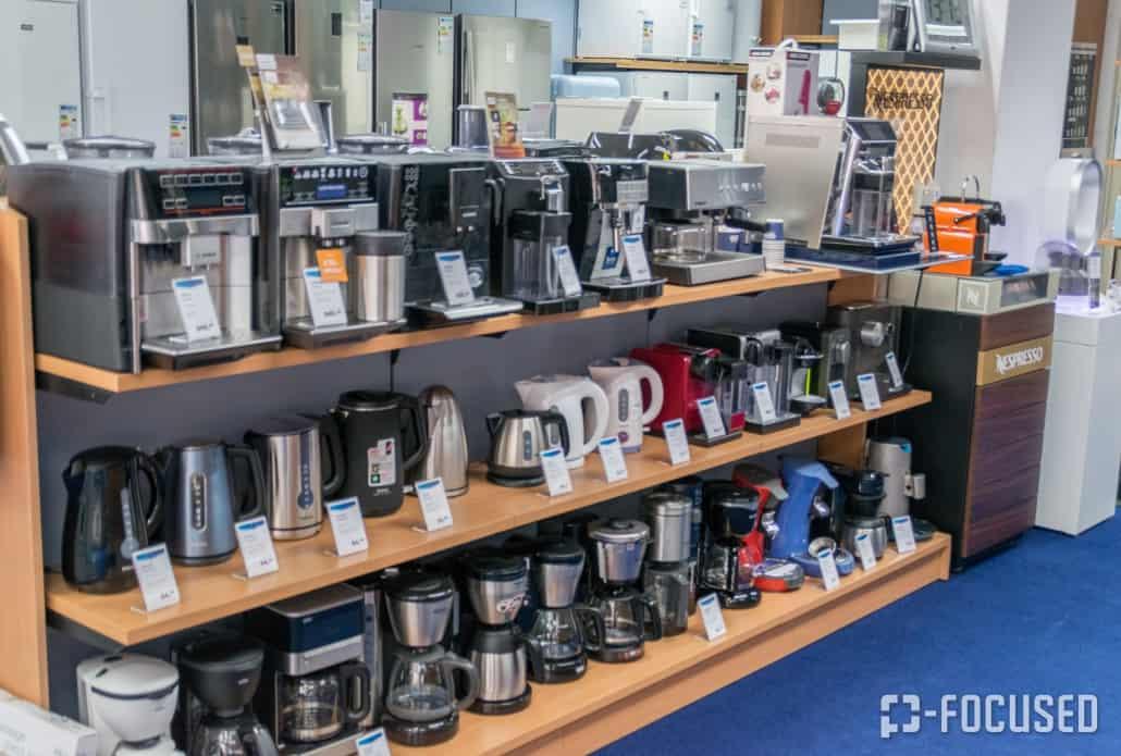 Waterkokers en koffieapparaten staan opgesteld in een rij bij Herman avn Amelsvoort
