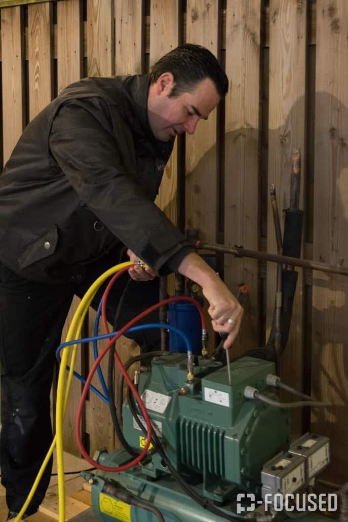 Man is aan de slag met een generator